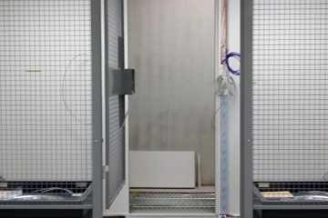 Gittertrennwand mit Gittern unter Doppelboden