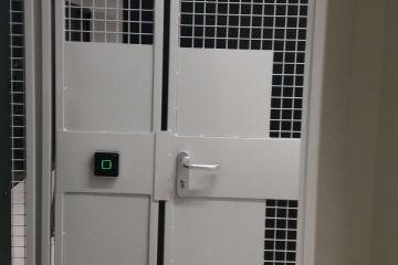 Türe Gittertrennwand mit Durchgreifschutz und Sicherheitskompenenten