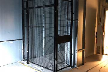 Gittertrennwand mit Flügeltüre und Übersteigschutz mit Stangen