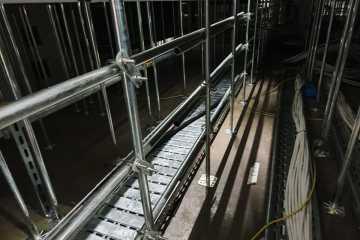 Durchkriechschutz  unter Doppelboden mittels Stangen