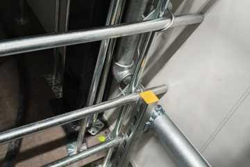 Detail Stangen als Durchriechschutz unter Doppelboden